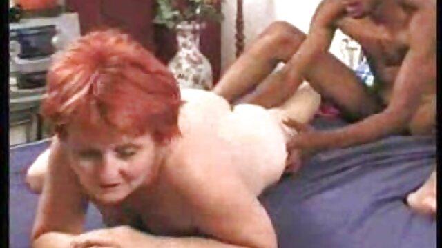 Reife heiße Mutter mit gratis deutsche erotik filme jungem Mann im Schlafzimmer